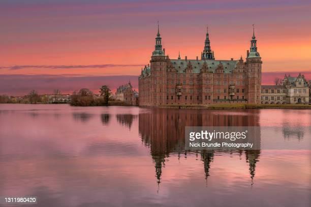 frederiksborg castle, hillerød, denmark. - château de frederiksborg photos et images de collection