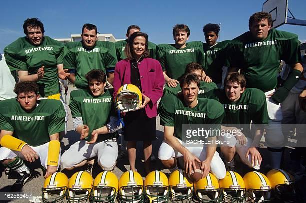 Frederique Bredin Minister Of Youth And Sports In Fecamp. A Fécamp, Frédérique BREDIN, en veste de tailleur, posant avec une équipe de footballeurs...