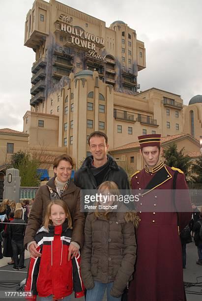 Fredi Bobic Ehefrau Britta Tochter Celine Tochter Tyra Hotelpage in Uniform neue Attraktion The Hollywood Tower Hotel Disneyland Resort Paris Disney...