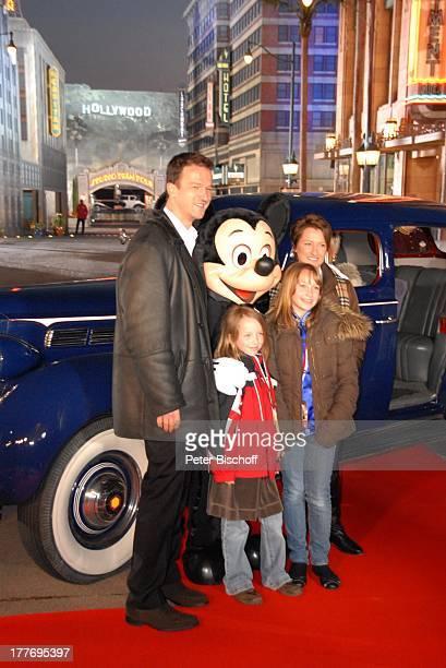 Fredi Bobic Ehefrau Britta Tochter Celine Tochter Tyra Micky Mousse roter Teppich zur neuen Attraktion The Hollywood Tower Hotel Disneyland Resort...