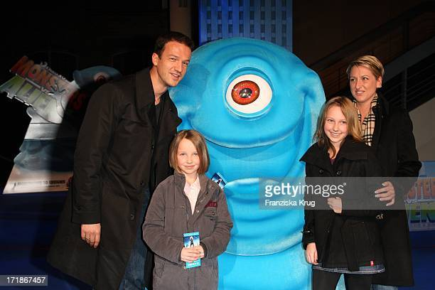 Fredi Bobic With Wife Britta And the daughters Tyler And Serina at the Premiere Of Monsters Vs Aliens in Colosseum Kino in Berlin on 090309