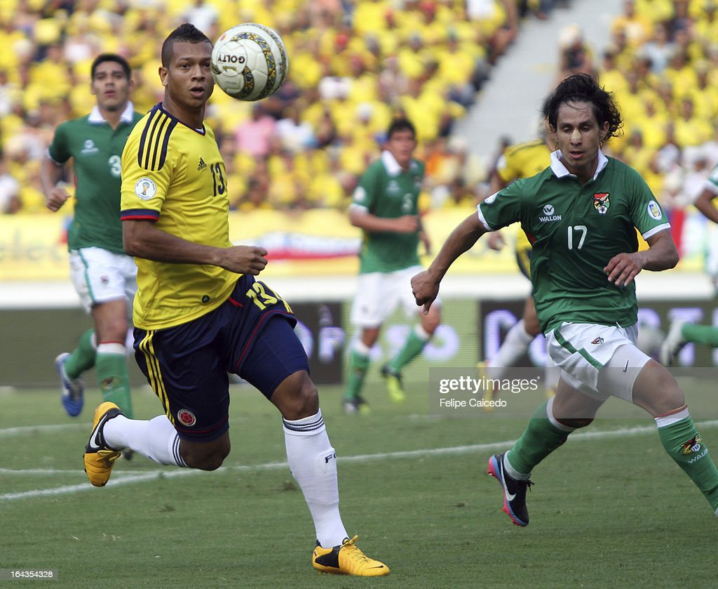 Fredy Guarin (L)of Colombia fights for the ball with Marvin Bejarano of Bolivia during a match between Colombia and Bolivia as part of the 11th round of the South American Qualifiers for the FIFA World Cup Brazil 2014 at the Roberto Melendez Metropolitan Stadium on March 22, 2013 in Barranquilla, Colombia. (Photo by Felipe Caicedo/LatinContent/Getty
