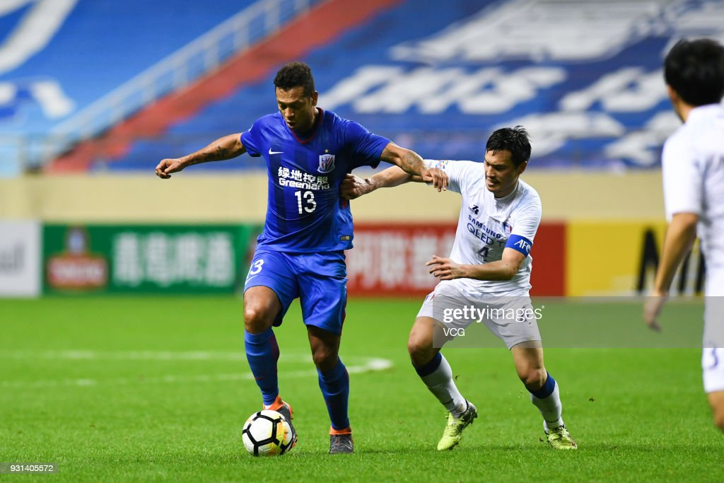 Fredy Guarin #13 of Shanghai Shenhua and Kim Eun-Sun #4 of Suwon Samsung Bluewings compete for the ball during the 2018 AFC Champions League Group H match between Shanghai Shenhua and Suwon Samsung Bluewings at Hongkou Football Stadium on March 13, 2018 in Shanghai, China.