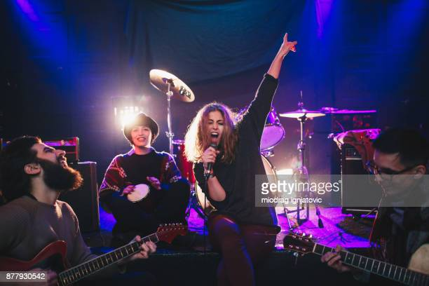 free and young - rock band stock pictures, royalty-free photos & images