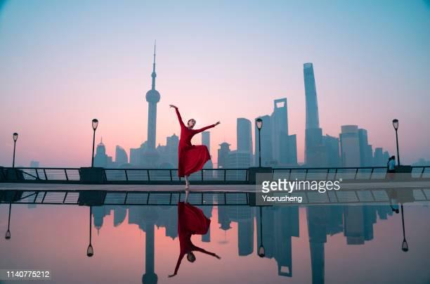 free ballet woman dancing at shanghai bund in the morning,china - bund - fotografias e filmes do acervo