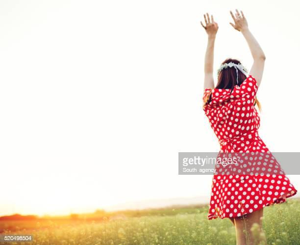 Chica en un prado de