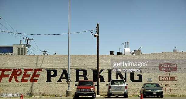 """free parking"" sign in las vegas, nevada - gratuit photos et images de collection"