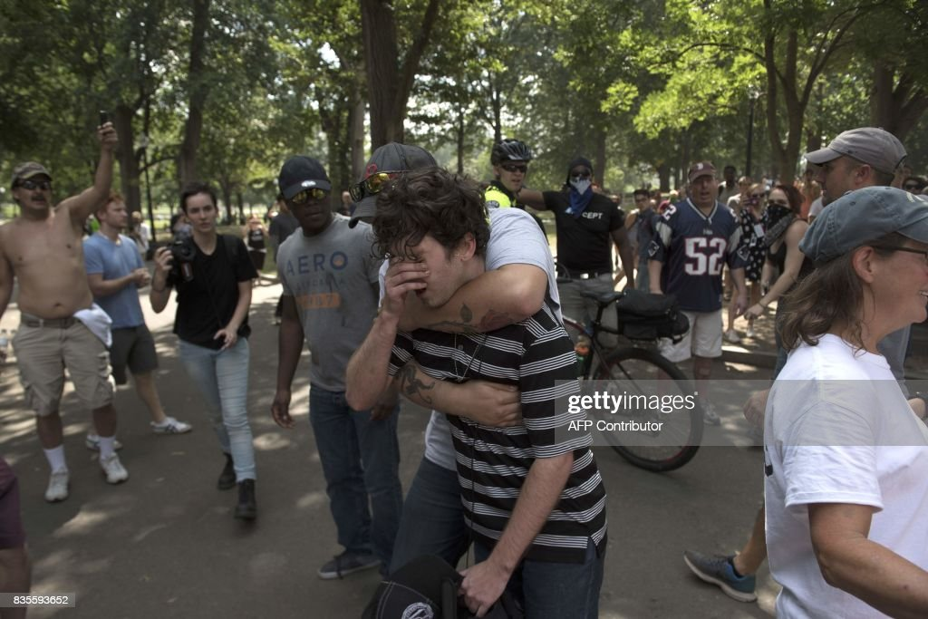 Free Speech demonstrators (C) flee after confronting counter-protesters at the Boston 'Free Speech' Rally march on August 19, 2017, in Boston. Thousands of anti-racism demonstrators flooded the streets of Boston Saturday, dwarfing a gathering of white nationalists in the city, triggering scuffles with police but avoiding the serious violence that marred a similar event a week earlier in Virginia. / AFP PHOTO / Ryan McBride