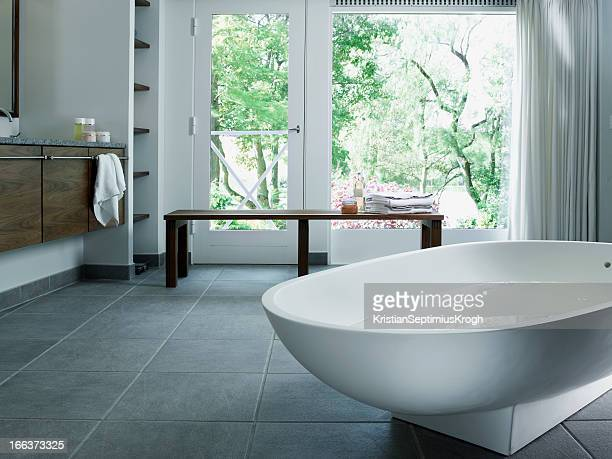 Free standing bathtub in corian