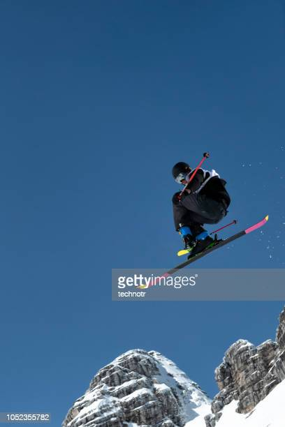 フリー スタイル スキーヤーの大きな空気の練習