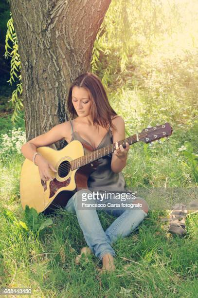 free time with guitar - pizzicare le corde di uno strumento stock pictures, royalty-free photos & images