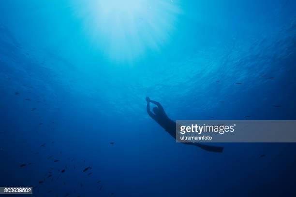 水中ダイビングで海の冒険をシュノーケ リング ダイビング時無呼吸症候群女性 - スクーバダイビングの視点 ストックフォトと画像