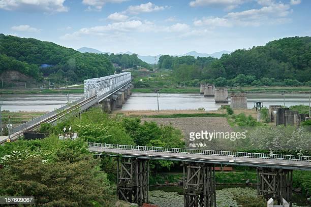 puente de la libertad en la frontera de corea del sur y del norte - corea del norte fotografías e imágenes de stock