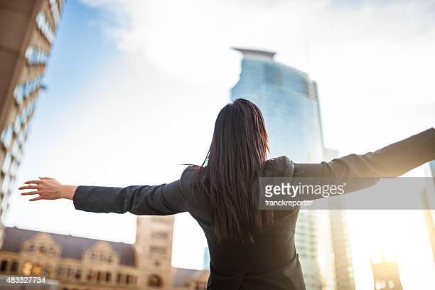 Freiheit business-Frau auf die Stadt