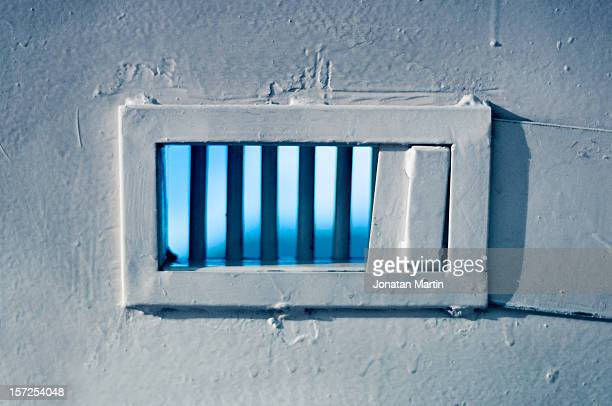 freedom falls jailed - barreaux de prison photos et images de collection