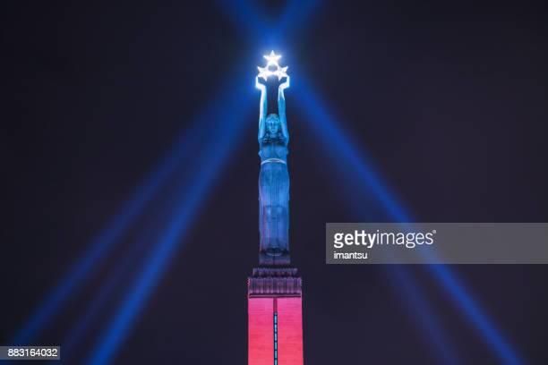 """vrijheid monument van letland in de nacht in het midden van het festival """"staro riga"""" - in twee kleuren - monument stockfoto's en -beelden"""