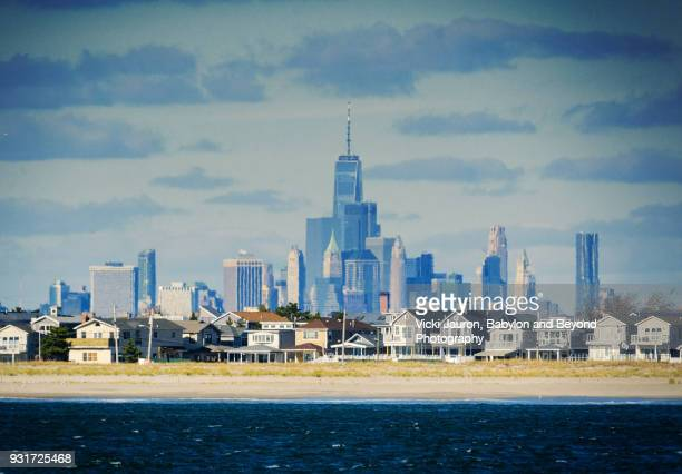 freedom tower and nyc skyline from rockaway beach - queens new york city - fotografias e filmes do acervo