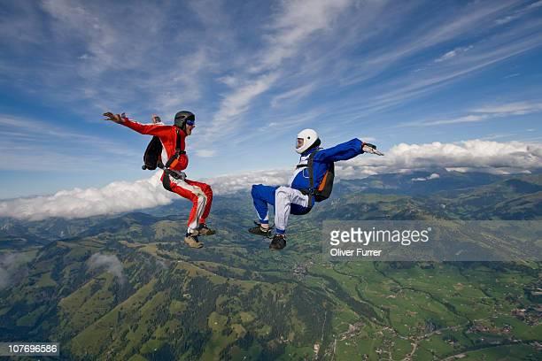 freefly fun skydive team is playing in the sky. - fallschirm stock-fotos und bilder