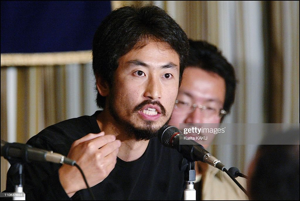 Freelance Journalist Junpei Yasuda, Left, And Ngo Member Nobutaka Watanabe, Right, Attend A Press Conference In Tokyo, Japan On April 27, 2004. : News Photo