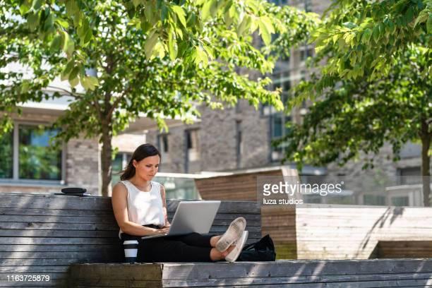 freelance vrouw werkt onderweg - city life stockfoto's en -beelden