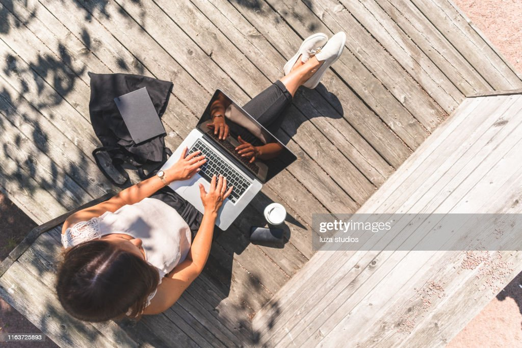 Freelance woman is working on the go : Stock Photo