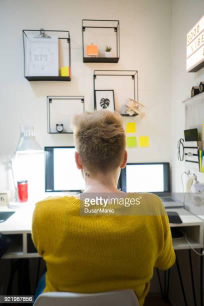 Free-lance travaillant sur ordinateur portable à la maison.