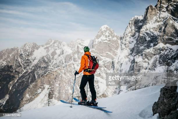 le skieur freeride est prêt à skier du haut de la montagne - slovénie photos et images de collection
