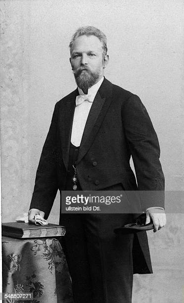 Freese, Heinrich - Manufactorer, Germany *23.05.1853-+ Portrait with tailcoat and folded topper - undated Vintage property of ullstein bild