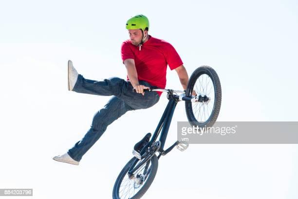 Freestyle-Luft BMX Fahrer durch die Luft fliegen