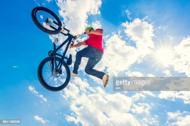 Freestyle-BMX-Radfahrer tun Trick in der Luft