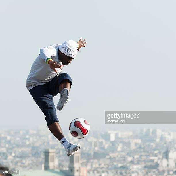 freestyle footballer en montmartre - truco fotografías e imágenes de stock