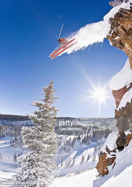 freestyle skier jumping off cliff - コロラド州 アスペン ストックフォトと画像