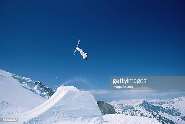 freestyle skier - freestyle skiing stock pictures, royalty-free photos & images