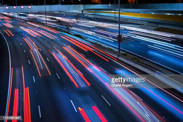 freeway long exposure at night - exposição longa imagens e fotografias de stock