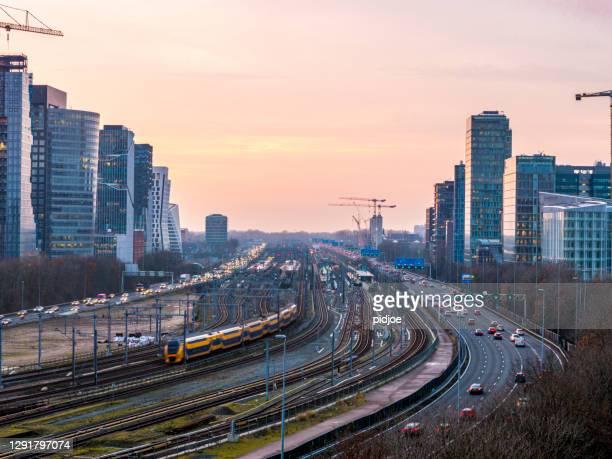 snelweg door het zakelijke stadsdeel zuid-as amsterdam - financiën en economie stockfoto's en -beelden