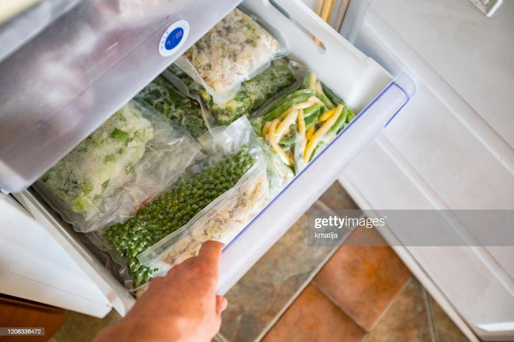 Diepvrieslade met verpakte groenten : Stockfoto