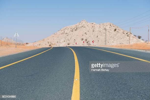 freie Straße in der Wüste von Dubai