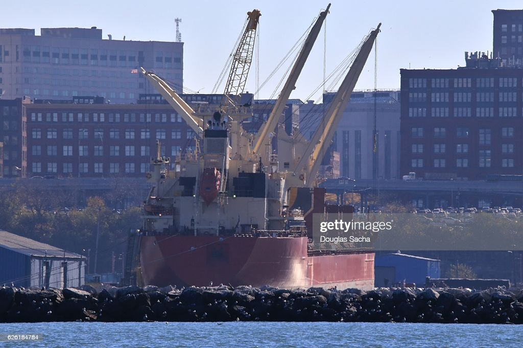 Freight ship uses its on board cranes to load cargo, Cleveland, Ohio, USA : Stock Photo