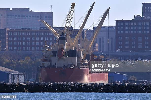 freight ship uses its on board cranes to load cargo, cleveland, ohio, usa - emerging markets stock photos and pictures