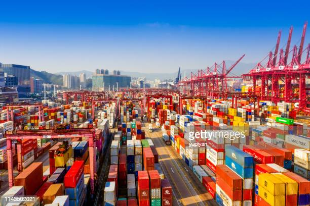 frachtterminal in hongkong - frachtschiff stock-fotos und bilder