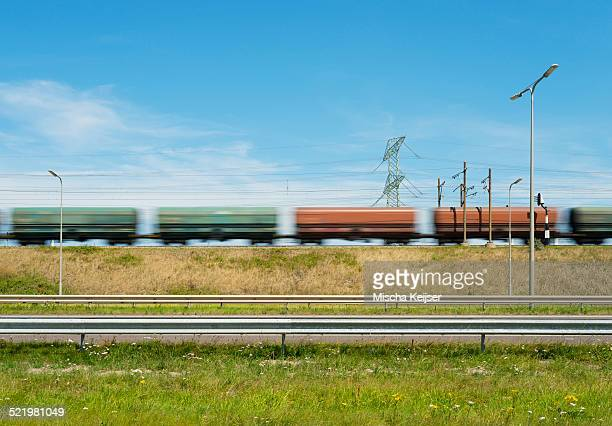 freight train traveling through rotterdam harbor, netherlands - hollande méridionale photos et images de collection