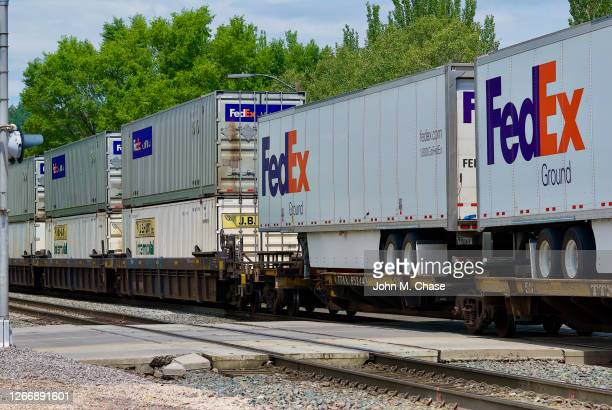 bnsf freight train with fedex cargo passes through flagstaff, arizona - federal express stock pictures, royalty-free photos & images
