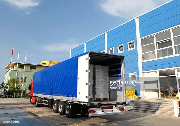 貨物トラックをロード - 食料倉庫 ストックフォトと画像