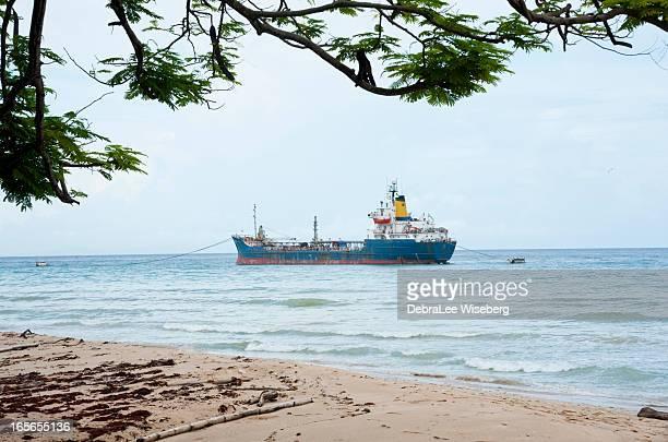 Frachter am Meer