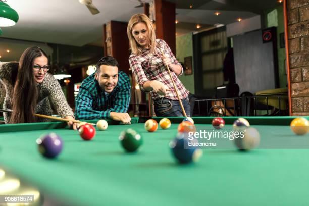 freinds spielen pool - poolbillard billard stock-fotos und bilder