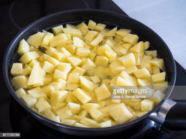Freir fried potatoes for the preparation of a Spanish omelette of traditional form