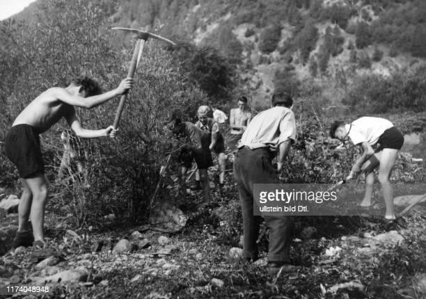 Freiwillige Jugendliche bauen einen Weg, um 1944