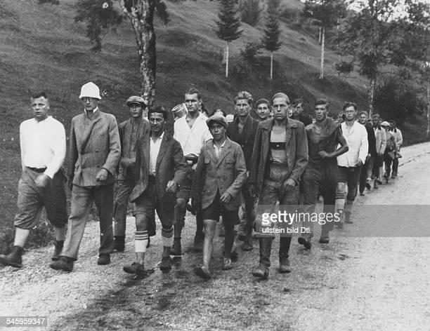 Freiwilliges Arbeitsdienstlager zum Baueiner Strasse zwischen Mittenwald undPartenkirchen: Rückmarsch nachsiebenstündiger Arbeit ins Lager.- 1932