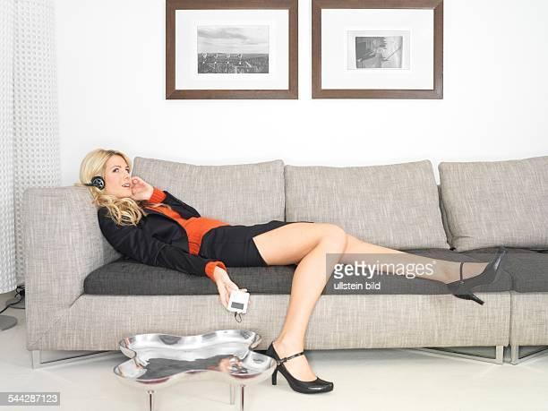 Freizeit Feierabend Frau mit MP3Player liegt auf dem Sofa und entspannt lady relaxing on the couch