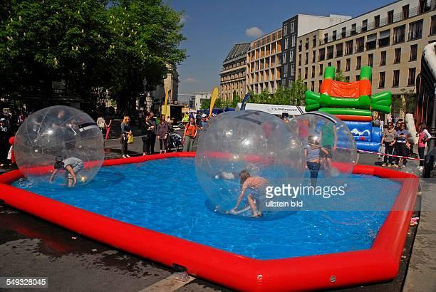 Water Walking Ball Kinder spielen in einem Kunststoffballon im Wasserbecken